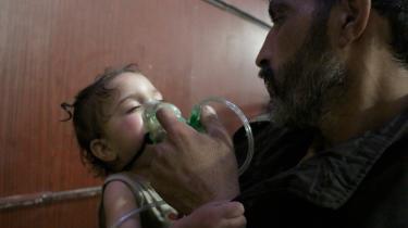 Et barn modtager behandling efter det seneste giftgasangreb i Østghouta uden for Damaskus. Angrebet kombinerede sandsynligvis klorgas med en endnu ukendt nervegift, mener eksperter, men de mangler endnu vævsprøver at undersøge.