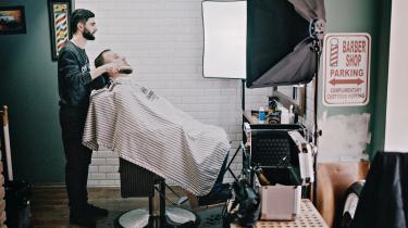 Det genopbyggede centrale Grosnij minder sine steder om et lille Dubai. I den trendy barbersalon Chop Chop er Rustam Gadujev ved at gå studset skægget. På spørgsmålet om hans skæg er religiøst, buldrer han grinende: Nej, det er moderne.
