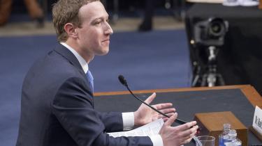 Mark Zuckerberg afhøres i Senatet i Washington. Analytica-afsløringerne har har måske ført til #deletefacebook-bølger i nogle venstreintellektuelle ekkokamre, men derudover tyder intet på, at almindelige facebookbrugere har ladet sig anfægte.