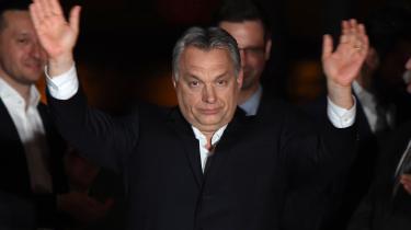 Den ungarske premierminister Viktor Orban takker de fremmødte i Budapest, da det står klart, at han selv og partiet Fidesz har fået et kanonvalg til det ungarske valg den 8. april.
