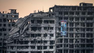 Til trods for alle Assads forbrydelser, er vi ikke villige til at gennemtvinge et regimeskifte, og vi har i øvrigt dårlige erfaringer med den slags fra andre lande. Tilbage står spørgsmålet, hvad vi stiller op med Assad, når han tilsyneladende endnu en gang har forbrudt sig mod en af de mest basale grænser for krig og giftgasset sin egen befolkning.