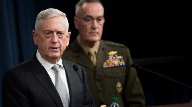 Den amerikanske forsvarsminister Jim Mattis bekræftedei en pressekonference i Pentagon, atUSA, Frankrig og Storbritannien natten til lørdag havde angrebetkemiske forskningslaboratorier og våbenlagre i tre syriske storbyer.