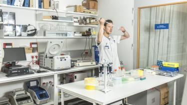 Det var først i 2011, at man fandt ud af, hvordan kønshormonet progesteron kommunikerer med sædcellerne. Derfor er forskning i, hvordan kemikalier efterligner kønshormonet, stadig meget nyt.
