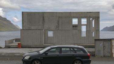 Nybyggeri med udsigt i bunden af fjorden i Gøtugjógv på Eysturoy