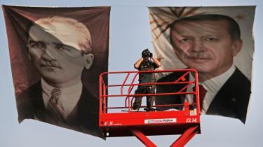 Set fra det monstrøse præsidentpalads opført på landsfader Atatürks fredede forsøgsbondegård i udkanten af Ankara er valgdatoens fremrykning fornuftig. Også fordi oppositionen er uden bud på en troværdig modkandidat.