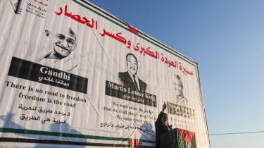 Hamas forsøger i øjeblikket at få et mere fredeligt image. Hamas' politiske leder Ismail Haniyeh, holdt i sidste uge pressemøde foran portrætter af Gandhi, Nelson Mandela og Martin Luther King Jr. Foto: Mustafa Hassona / Ritzau Scanpix