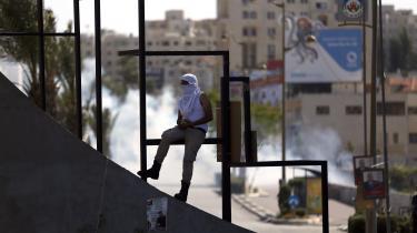 Siden den israelske bosættelse Beit El blev oprettet i 1977 har der været utallige optøjer omkring den. Her ses sammenstød mellem palæstinensere og israelske sikkerhedsstyrker i maj 2017.
