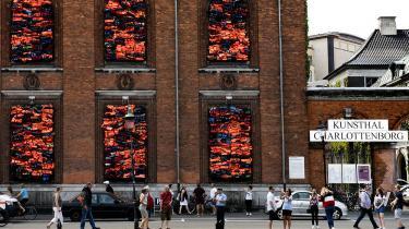 Selvom reglerne bør overholdes, skal der også være plads til undtagelser. Kigger man på Ai Weiweis værk vil man kunne se, at det spiller helt og aldeles sammen med Charlottenborgs arkitektur. Det er lavet til og med respekt for den mere end trehundrede år gamle bygning.