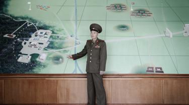 En soldat fremviser tegningerover områdetved Panmunjom – grænseområdet mellem Nord- og Sydkorea.