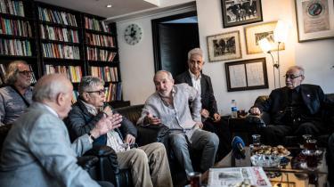 En udgiver, chefredaktør og undersøgende journalist er blandt de dømte fra den regeringskritiske tyrkiske avis Cumhuriyet. De er dømt for at hjælpe og bistå terrororganisationer uden at være medlem, men får dog lov til at være på fri fod, mens man afventer, om de appellerer.