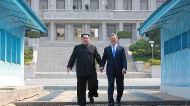 Som to brødre, der har været adskilt, omfavnede Nordkoreas statsleder, Kim Jong-un, og Sydkoreas præsident, Moon Jae-in, hinanden, da de mødtes fredag. Men uanset hvor god kemien er, kan de ikke begrave konflikten uden forhandlinger med både USA og Kina