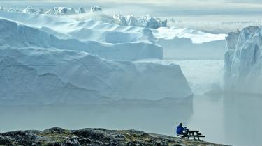 At vælge flyrejser fra i klimaets navn er svært, fordi det går imod vores lyst og vores drømme. Så vi konstruerer nogle forklaringer, der kan legitimere rejsen som for eksempel: Jeg bør besøge de smeltende isfjelde i Grønland, fordi det har relevans for mit arbejde som klimajournalist. Det holder bare ikke rigtig.