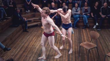 Når teatret varedeklarerer 'Den kroniske uskyld' som et »intimt drama«, er det ikke bare det intime livs uskyldstema, det henviser til. Man sidder så tæt på scenen på Det Kongelige Teaters Mellemgulvet, at skuespillerne med deres meget kropslige optræden kan røre og flirte med publikum.