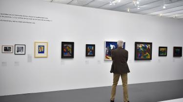 »Louisianas udstilling demonstrerer meget fint, hvordan Gabriele Münter anvendte f.eks. børnetegninger som direkte forlæg for kompositioner af nogle af sine malerier for derved at frigøre sig fra visuelle konventioner.« skriverRune Gade.