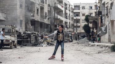I Syrien er en forsoningsordning på alles læber. Er det en fælde, eller er det virkelig sikkert at vende hjem, selv om man er deserteret fra hæren eller har kæmpet mod regimet? 440.000 syrere har allerede gjort det, selv om krigen fortsætter. Én af dem er Hisham Mondo, der vil hjem til sin forlovede