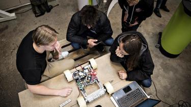 Det er en god idé med en endnu tættere kobling mellem de kreative uddannelser, ingeniøruddannelserne, handelsuddannelserne og erhvervsuddannelserne, skriver Louis Jacobsen.Sidste år arrangeredeSvendborg Erhvervsskole en stor robotkonkurrence med deltagelse af gymnasieelever fra helelandet.Dommerpaneletbestod afen række roboterhvervsfolk.
