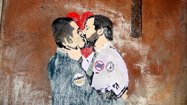 Et vægmaleri i Rom skildrer den pludselige forbrødring mellem de to italienske protestpartiers ledere, Femstjernebevægelsens 31-årige Luigi Di Maio (tv.) og Legas 45-årige Matteo Salvini (th.).