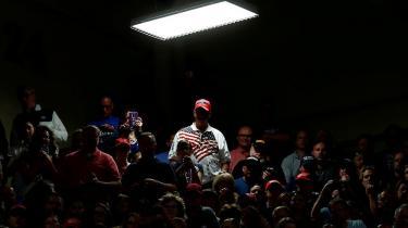 Trump-tilhængere til et valgmøde i Elkhart, Indiana. Der er en tendens til at forsøge at afskrive Trump som fænomen med diagnoser, men begejstringen for at diagnosticere er både problematisk og forfladigende i forhold til at erkende det moderne samfunds problemer, mener den anerkendte psykolog Allen Frances.