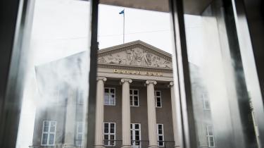 »Danske bankledelser havde forgyldt sig selv ved at udhælde lånekapital over en række tvivlsomme finansaktører. Da boblen brast, måtte politikerne ile til undsætning med en række bankpakker – og med skatteyderne som garanter.« skriver David Rehling.
