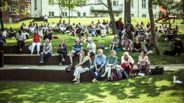 Det Fælles Bedstes Folketræf 2018 begyndte i solskin i det grønne med ryggen til shoppinggaden i Vejle.