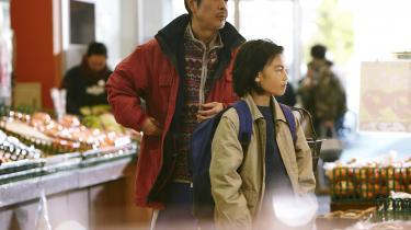Far og søn har fundet en effektiv måde at stjæle mad og andre fornødenheder på til resten af familien i storbyens supermarkeder i Kore-eda Hirokazus 'Shoplifters'.