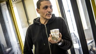 Haitham på 43 år har lige røget. Han har brugt rygerrummet i flere år. Han kan godt lide at komme her, fordi han så er fri for blæsten og politiet. Han fortæller, at det er ligesom at få en udløsning at ryge heroin.