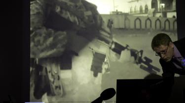 Advokat Christian F. Jensen under et pressemøde i 2012 om videoen fra operationen Green Desert. Nu skal Østre Landsret tage stilling til, om Danmark kan drages til ansvar for tortur mod en række irakiske fanger, som Forsvaret lod falde i hænderne på det irakiske politi.
