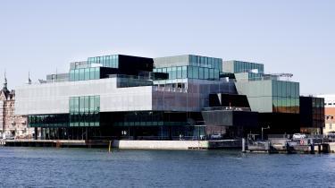 BLOX bliver kritiseret for at fylde for meget ved Københavns havn og bryde med byens arkitektur, men det er en del af pointen.