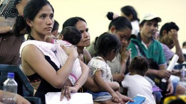 Venezualanere flygter ud af landet på grund af den miserable økonomi og de kummerlige sundhedsforhold. På billedet venter nyligt ankomne venezuelanere på hjælp i grænsebyen Cúcuta.