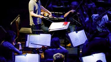 »Med levende gestik førte Nicolas Collon orkestret gennem denne ild- og vandprøve. Den indledende andantemelodi i bratscherne kom ensomt, nøgent og mystisk, som en fortsættelse af deres hendøende replik i den foregående symfonis allersidste takter.« skriverValdemar Lønsted.