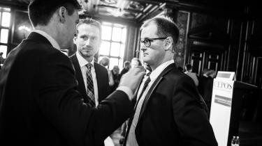 Cheføkonom Mads Lundby Hansen fra CEPOS i samtale finansminister Kristian Jensen (V). Ifølge CEPOS overses de – økonomisk set – negative følgevirkninger af offentlige investeringer i debatten om Finansministeriets regnemodeller.