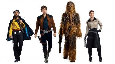 Hovedfigurerne i den nye Star Wars-film, der har Han Solo (spillet af Alden Ehrenreich) som omdrejningspunkt. Foto: Ritzau Foto