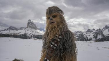 Chewbacca (spillet af finske Joonas Suotamo) ser en smule bekymret ud i en scene fra 'Solo: A Star Wars Story'.