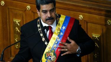 »Venezuelas præsident, Maduro, har måske ikke læst Orwell, men efter søndagens præsidentvalg, der af Organisationen af Amerikanske Stater, OAS, bliver kaldt »en farce«, falder både han og Venezuelas socialistiske eksperiment i kategorien totalitær,« skriver Jesper Løvenbalk Hansen