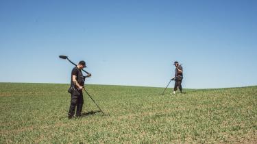 Freddy Arntsen (th.) og John Brill Engkebølle (tv.) har henholdsvis 35 og fem års erfaring med metaldetektor. I dag går de med detektorerne på en mark et hemmeligt sted på Lolland, hvor der engang lå en borg, og hvor det nu vælter op af jorden med danefæ.