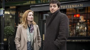 Robin (Holliday Grainger) og Strike (Tom Burke) midt i det London, der også spiller en vigtig rolle i krimiserien 'C.B. Strike'. Foto: HBO Nordic