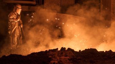 Intet tyder på, at præsident Trump vil undtage de nære europæiske allierede for den universelle told på stål og aluminium, som USA indførte i marts. Her er det en arbejder på et stålvalseværk i den tyske by Salzgitter.
