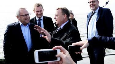 Selv om Danmark producerer stadig mere vedvarende energi – ikke mindst fra vindmøller og biomasse – er resten af energien fortsat produceret på fossile brændsler som olie, gas og kul. Her er regeringen – blandt andre Lars Løkke Rasmussen og Lars Chr. Lilleholt – på besøg i Esbjerg for at se på vindmøller.