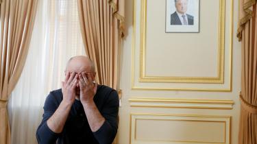Arkady Babchenko under et interview med udenlandske medier i Kiev. Billedet på væggen er af den ukrainske præsident,Petro Poroshenko.