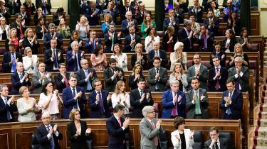Mariano Rajoy har tilsyneladende undervurderet betydningen af korruptionssagen mod sig. Han har til det sidste nægtet at gå af. Her klapper partifæller af den afgående premierminister (nederst i hjørnet t.h.).