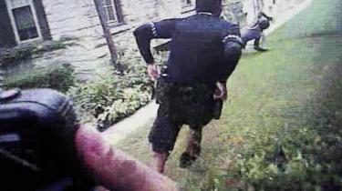 Fotoet her er fra et kropsbårent kamera båret af politiet. Det blev brugt i en retssag i juni sidste år mod en betjent, efter et rutinestop i trafikken endte med, at en ung mand blev dræbt. Kritikere mener dog, at politiets kropsbårne kameraer i langt de fleste tilfælde har medført øget overvågning af lokalbefolkning og minoriteter frem for kontrol med politiet selv. Og dette frygtes forstærket med Amazons nye ansigtsgendkendelsessoftware.