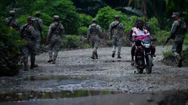 Ecuador er plaget af en voldsom konflikt i grænseområdet til Colombia, hvor FARC-afhoppere og andre væbnede grupper kæmper om narkoruter. Det har fået Ecuadors nuværende præsident Lenin Moreno til åbent at anklage sin forgænger for at være skyld i konflikten