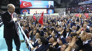 Præsident Erdogan mødte sine tilhængere i en sportsarena i Ankara, men både han selv og opbakningen viser tegn på svaghed.