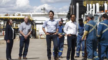 Justin Trudeaus regering har besluttet at nationalisere en Kinder Morgan-rørledning, der løber fra delstaten Albertas tjæresand til delstaten British Columbias udskibningshavne. Her ses han på besøg hos Kinder Morgan.