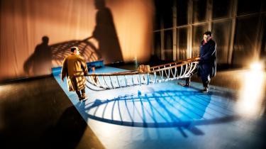 Medmenneskeligheden er til debat på åbent hav i forestillingen Flygt, der fortæller historien om Arne Jacobsen og Poul Henningsens flugt til Sverige under krigen.