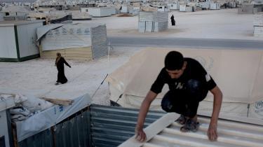 Tæt på Jordans største flygtningelejr lod den jordanske regering udenlandske firmaer komme ind og skabe nye arbejdspladser i et tomt industriområde. På den måde er der nu skabt jobs til 77.000 flygtninge, der arbejder på lige fod med cirka 30.000 tidligere arbejdsløse jordanere.