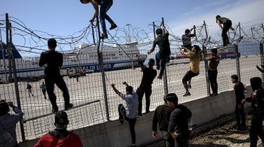 På mandag vil CSU præsentere sin 'Masterplan migration'. Planen kan få konsekvenser for Italien ogGrækenland. Her ses flygtninge, som forsøger at kravle over et hegn i Grækenland, så de kan komme med en færge til Italien.