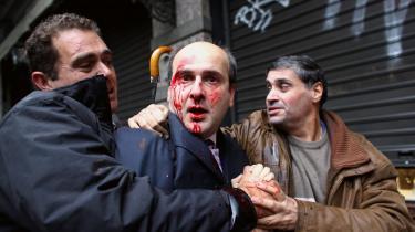 Tilbage i 2010 var der i månedsvis folkelige protester mod de skrappe økonomiske reformer, som Grækenland skulle levere som modydelse for EU's låneprogrammer. I december 2010 gik omkring 200 demonstranter hårdt til den tidligere konservative transportminister Kostis Hatzidakis, som blev overfaldet på vej ud af parlamentet. »Tyv« og »skam dig«, råbte de ad den konservative politiker, som også blev overdynget af spark og knytnæveslag, før det lykkedes ham at flygte ind i en nærliggende bygning.