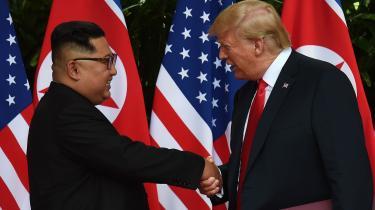 Donald Trump fortalte på det efterfølgende pressemøde, at aftalen med Kim Jong-Un ikke betyder, at USA på den korte bane vil reducere sin militære tilstedeværelse på Den Koreanske Halvø. Men den luftige formulering af sikkerhedsgarantierne i dokumentet kan ende med at bide USA i halen, mener Ole Wæver.