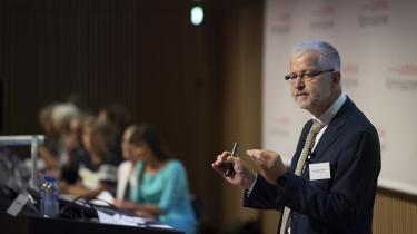 Allan Søgaard Larsen præsenterer Ledelseskommissionens anbefalinger med innovationsministeren i baggrunden.